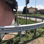 A Feletto un guard rail a protezione di alcune case