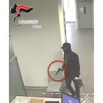 Armato di pistola, rapina una banca a Castellamonte e scappa con la macchina di papà, arrestato