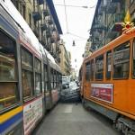 Auto incastrata tra due tram