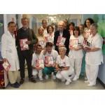 Gli organizzatori locali del Giro d'Italia consegnano doni ai piccoli ricoverati in Pediatria 1