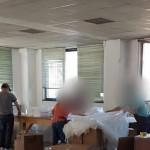 Laboratorio tessile per produrre mascherine e camici con lavoratori irregolari