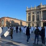 Operatori delle palestre manifestano sotto la Regione vestiti da fantasmi