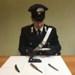 Quattro coltelli a serramanico in auto denunciato