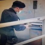 Tenta di smontare porte e finestre di un capannone, arrestato