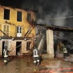 Un incendio distrugge il tetto di un fienile 2